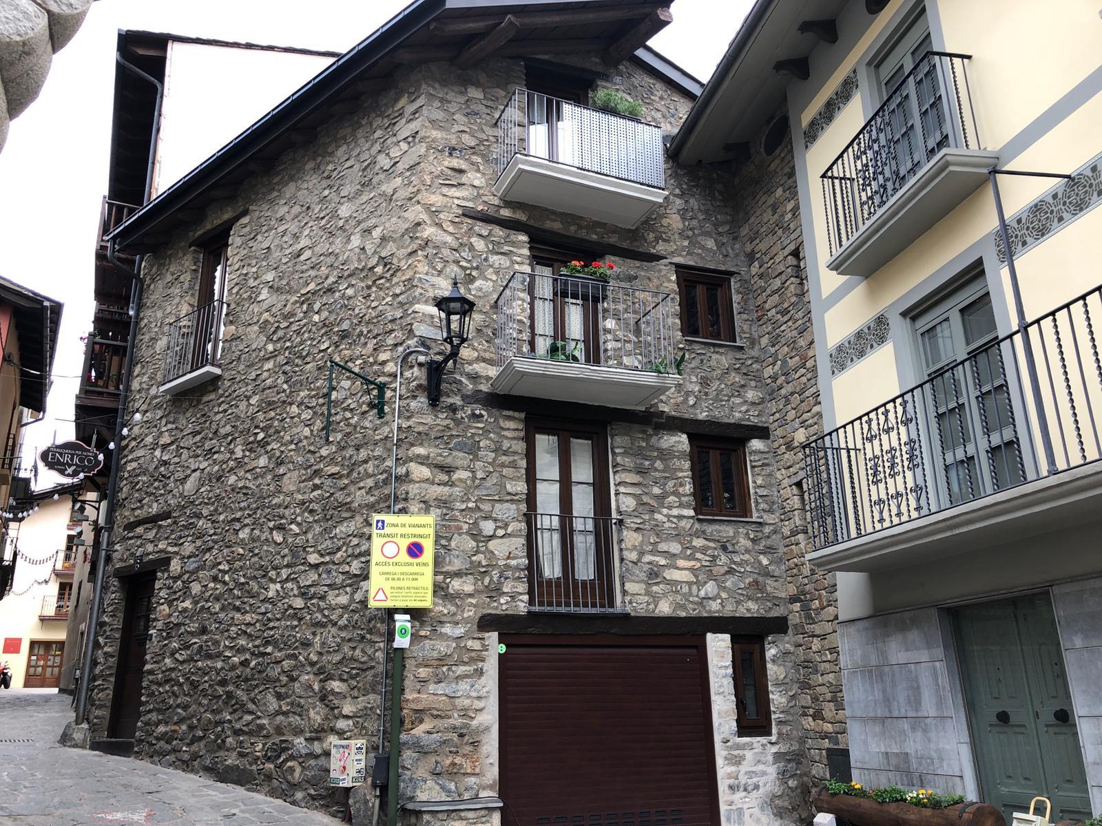 Restaurem i rehabilitem bordes típiques Andorranes, façanes, cases, pisos i tota mena d'edificacions en mal estat. Estem especialitzats en la restauració de cases de pedra i en la rehabilitació d'immobles antics. Protegim la degradació de la construcció per tal de garantir la seva durabilitat.